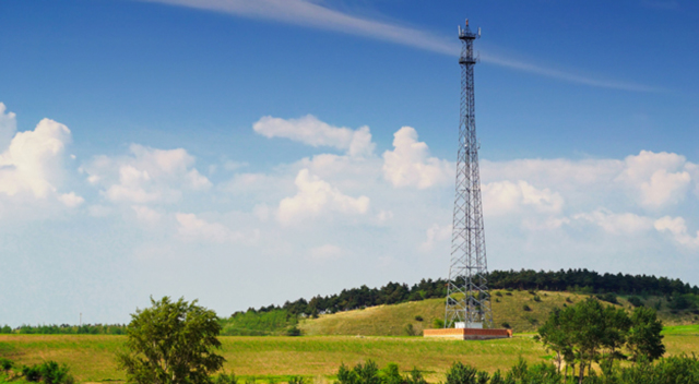Tall 5G tower in a grassy field