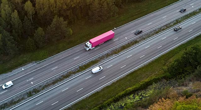 Camiónsemirremolqueconduciendo por una carretera