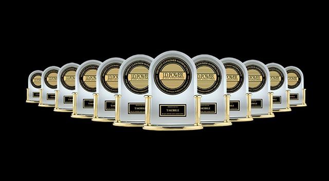Un premioJ.D. Power rodeado por muchos otros premios iguales por detrás y a ambos lados.
