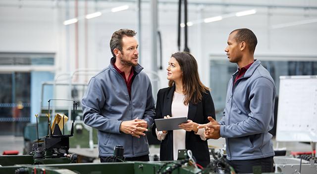 Imagen de personas en el trabajo mirando una tablet