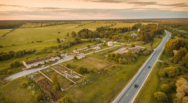 Foto de un paisaje rural con una carretera que lo atravieza.