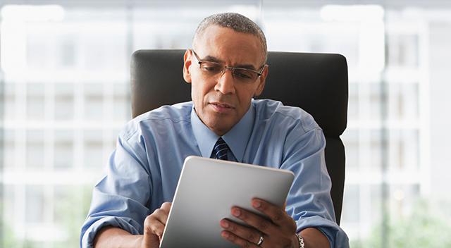 Hombre de negocios mirando una tablet