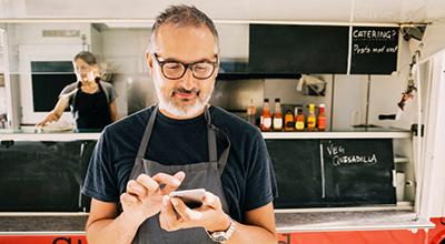 Propietario de pequeño negocio con smartphone