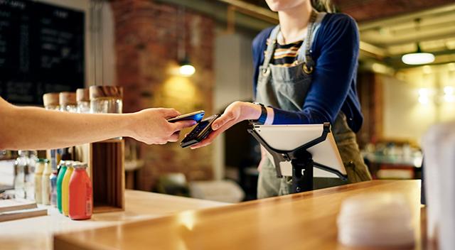 Mujer aceptando un pago