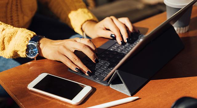Mujer con tablet y teléfono inteligente