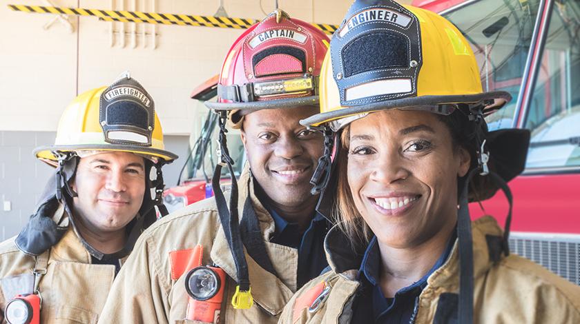Tres bomberos sonriendo