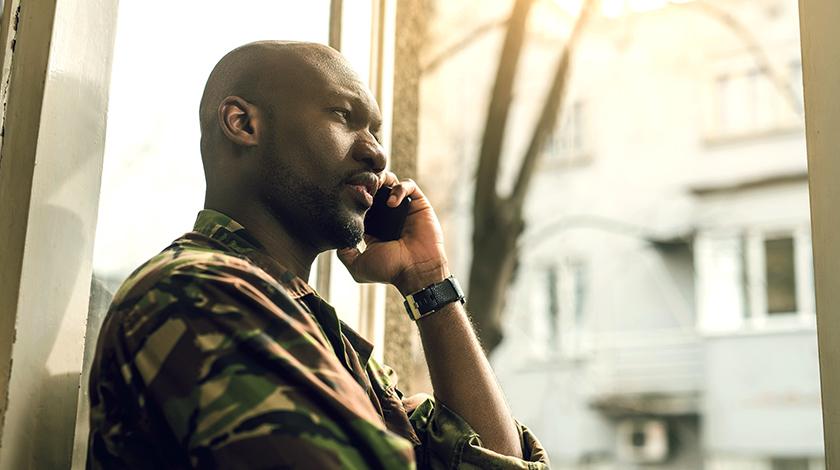 Soldado hablando por celular