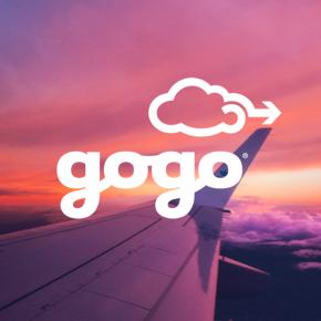 Ala de avión contra el cielo del atardecer, nubes y el logotipo de Gogo.