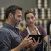 Hombre y mujer mirando una tablet.