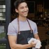 Hombre sonriente usando un delantal.